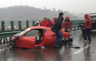 Una Ferrari coinvolta in un incidente su un'autostrada dello Shaanxi
